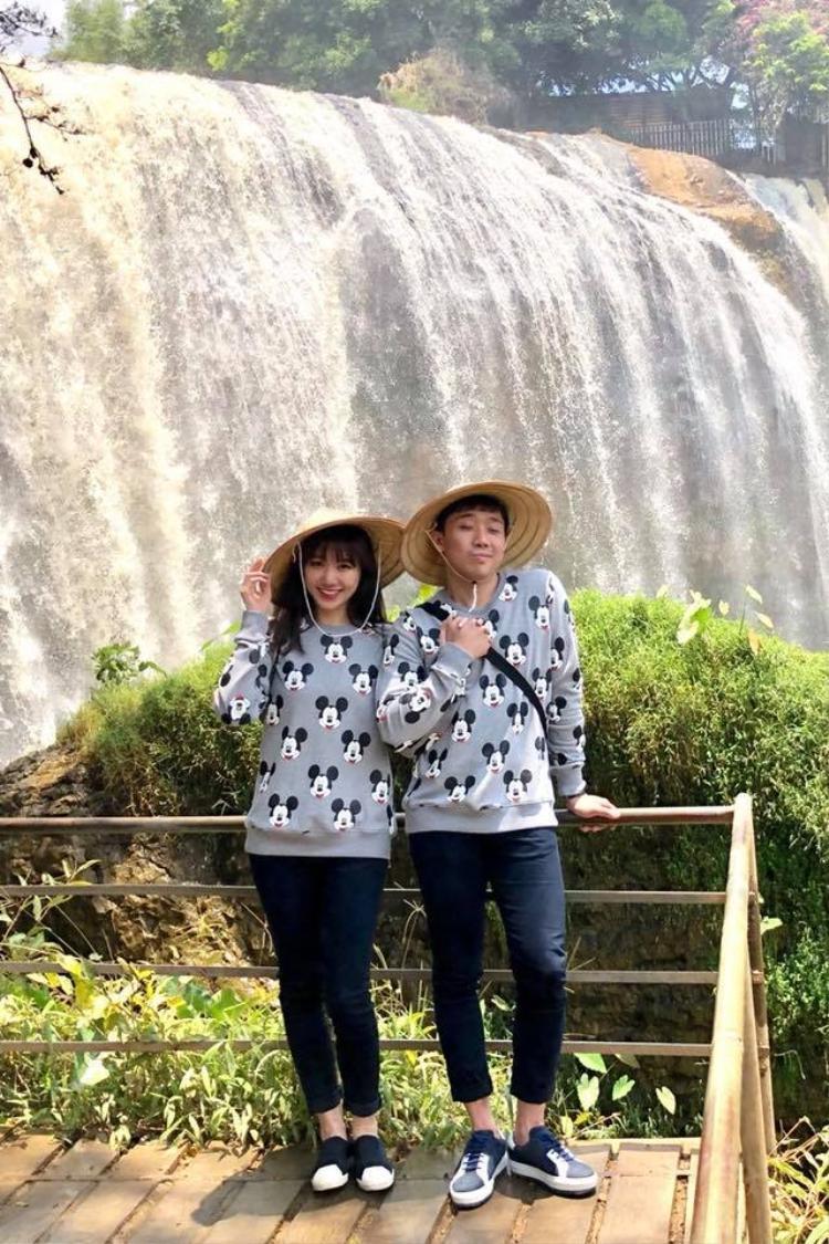 Trái ngược với những hình ảnh lộng lẫy, lịch lãm thường thấy trên sân khấu, lần này cả hai ăn diện đơn giản với chiếc áo thun in hình chuột Mickey kết hợp quần jean.