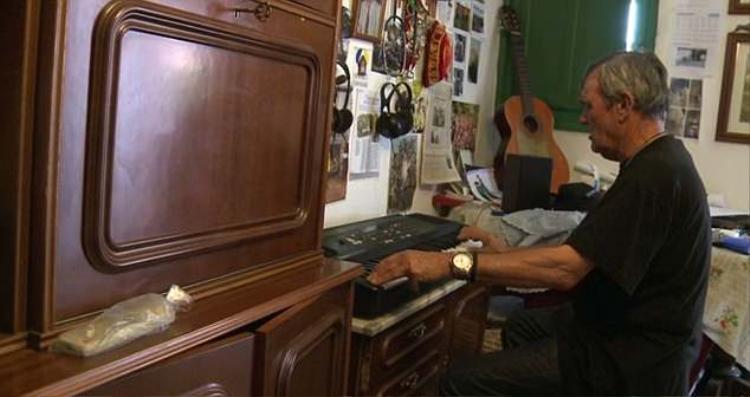 ÔngPantoja cô đơn trong căn hộ nhỏ của mình. Ảnh: Daily Mail