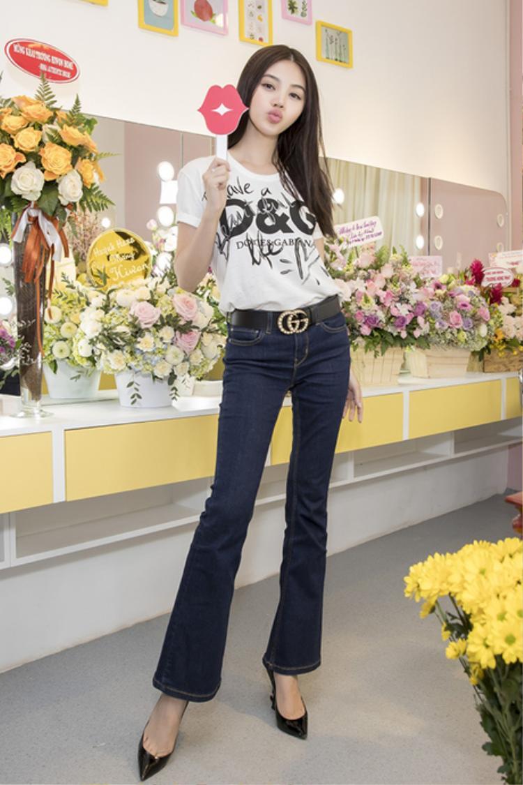 Với áo phông đắt giá của Dolce & Gabbana cùng quần ống loe, Jolie Nguyễn đã có set đồ nhẹ nhàng khi tham dự sự kiện thân mật.