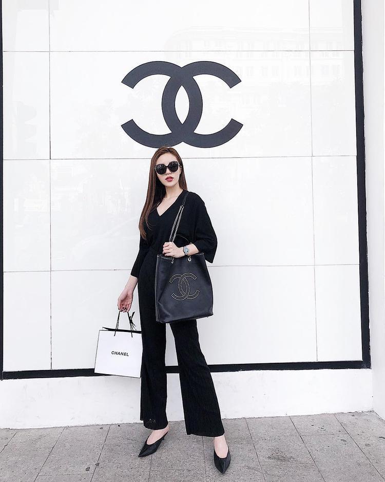 Hay cả cây đen tưởng sẽ gây nhàm chán nhưng lại được Kỳ Duyên khéo léo sử dụng chiếc túi tote của Chanel tạo điểm nhấn.