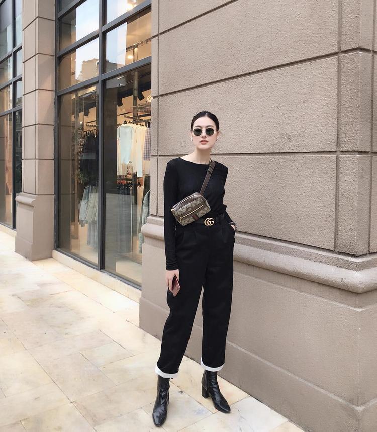 Hà Lade lại thích cách mặc cả cây đen cùng sử dụng túi và dây lưng Chanel làm điểm nhấn.