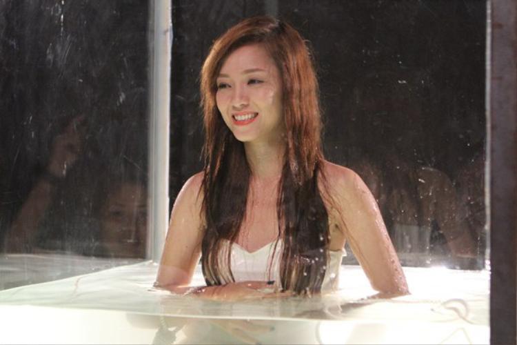 Thậm chí, ngày quay ấy Đinh Hương đang bị cảm nhưng lại không nói cho ekip biết và vẫn cố thực hiện cảnh quay nguy hiểm này.