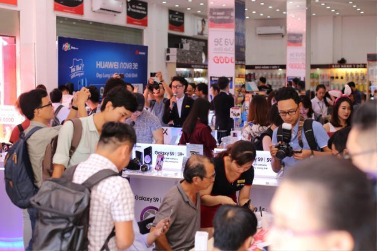Rơi vào cuối tuần, sự kiện mở bán Huawei Nove 3e tại Việt Nam thu hút được khá nhiều sự quan tâm của người yêu công nghệ.