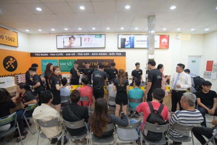 Một điểm bán của nhà phân phối Thế Giới Di Động tại TP.HCM sáng nay cũng đón tới 300 lượt khách hàng tới trải nghiệm sản phẩm.
