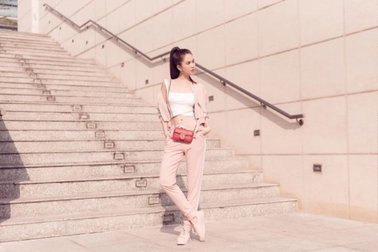 Túi đỏ và trang phục thể thao màu hồng hoàn toàn không hợp nhau, mà sao Trinh cứ mải mê phối chung hết lần này đến lần khác.