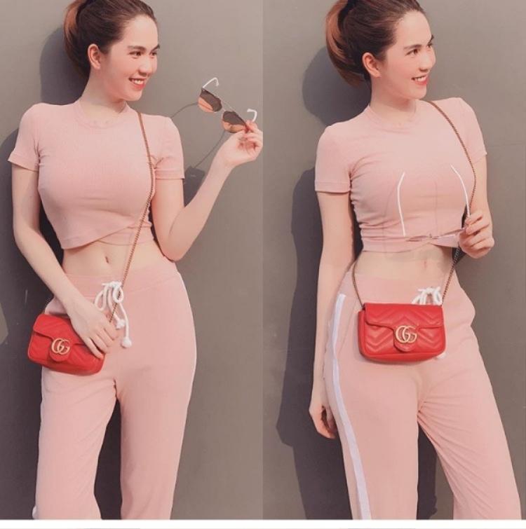 Cách phối quần áo, phụ kiện của Trinh cũng không được đánh giá cao, nhiều lần cô nàng khiến công chúng phát hoảng khi kết hợp trang phục chỏi nhau chan chát, đồ hồng cùng túi đỏ thế này.