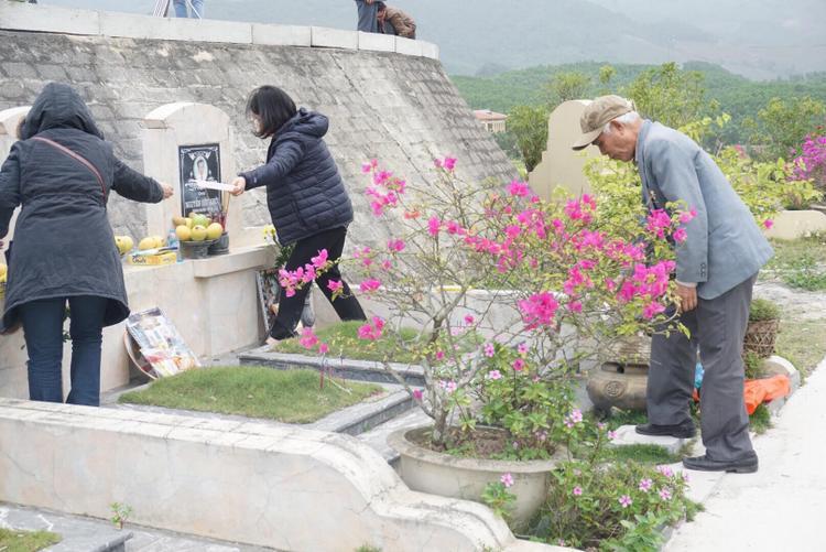 Theo đại đức Thích Trí Thịnh, Trụ trì chùa Kim Sơn Lạc Hồng cho biết, ngày Tết thanh minh được xem là ngày giỗ chung cho tổ tiên của các gia đình. Trong ảnh, nhiều phần mộ luôn ngập sắc hoa.