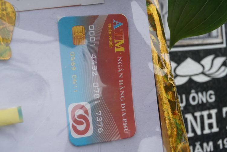 """Thậm chí cả thẻ ATM cũng được con cháu """"sắm"""" cho tổ tiên."""