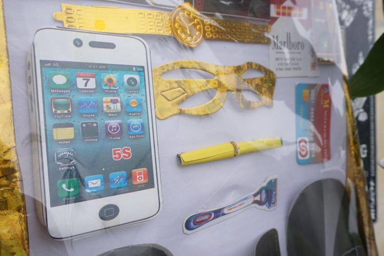 Các đồ vật như iPhone, đồng hồ, dao cạo râu, kính, quần áo được chuẩn bị đầy đủ.