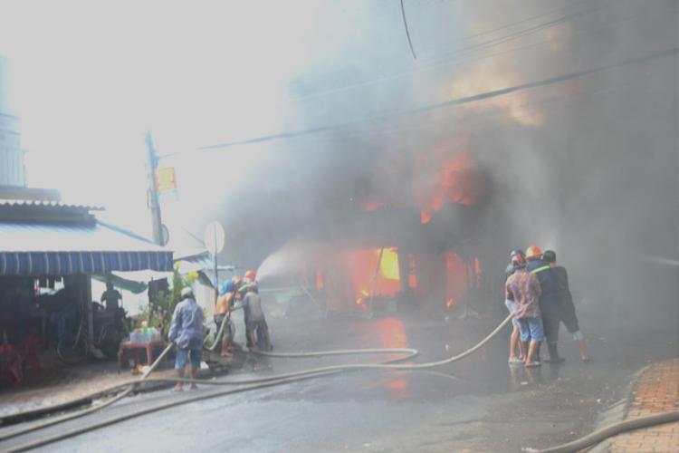 Đám cháy bùng phát ngày càng lớn - Ảnh: Mậu Trường/Tuổi Trẻ
