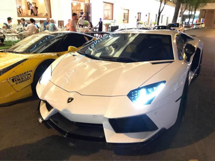 Siêu bò Lamborghini Aventador LP700-4 với ngoại thất trắng ấn tượng. Chiếc xe này được trang bị động cơ V12, dung tích 6,5L sản sinh công suất tối đa 700 mã lực va mô-men xoắn cực đại 690 Nm. Lamborghini Aventador LP700-4 có thể tăng tốc tự 0 km/h đến 100 km/h chỉ trong 2,9 giây.
