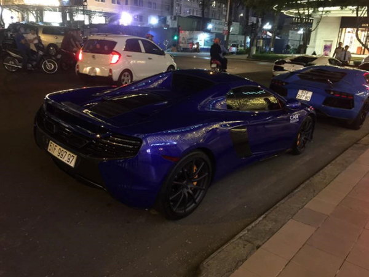 """Siêu xe McLaren 650S Spider của Cường """"Đô-la"""" xuất hiện với nguyên bản màu xanh dương. Trước đó, trong hành trình Car & Passion 2018, xe được chuyển sang màu ngoại thất phối đen - trắng. Chiếc xe McLaren 650S Spider sử dụng động cơ V8, tăng áp kép, dung tích 3,8L cùng khả năng sản sinh công suất tối đa 641 mã lực. Khi về tay Cường """"Đô-la"""" siêu xe này được cho là có giá khủng lên tới 22 tỷ đồng."""