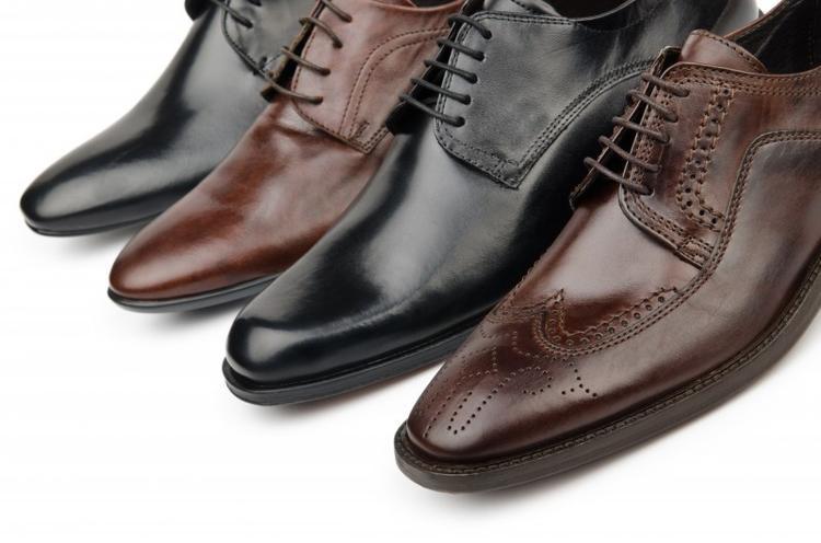 Giày tây với kiểu buộc dây song song.