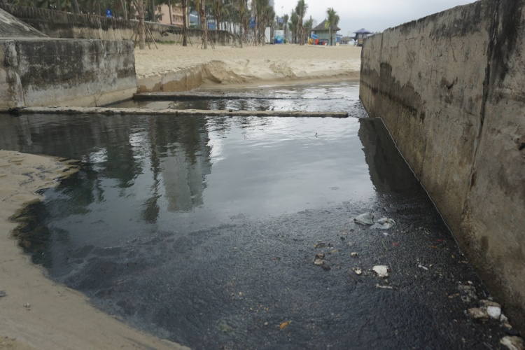 Du khách phát hoảng vì nước thải đen ngòm chảy tràn ra biển Mỹ Khê sau cơn mưa