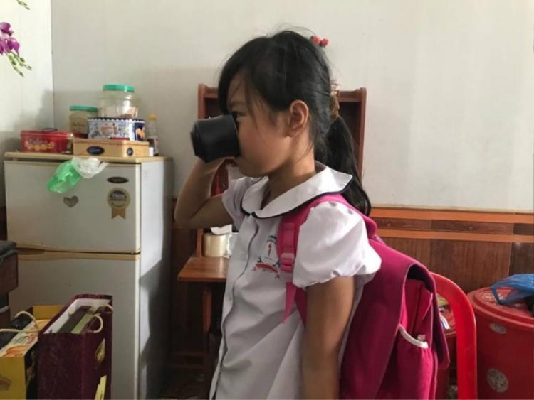 Bé Phương Anh bị cô giáo phạt uống nước giẻ lau bảng.