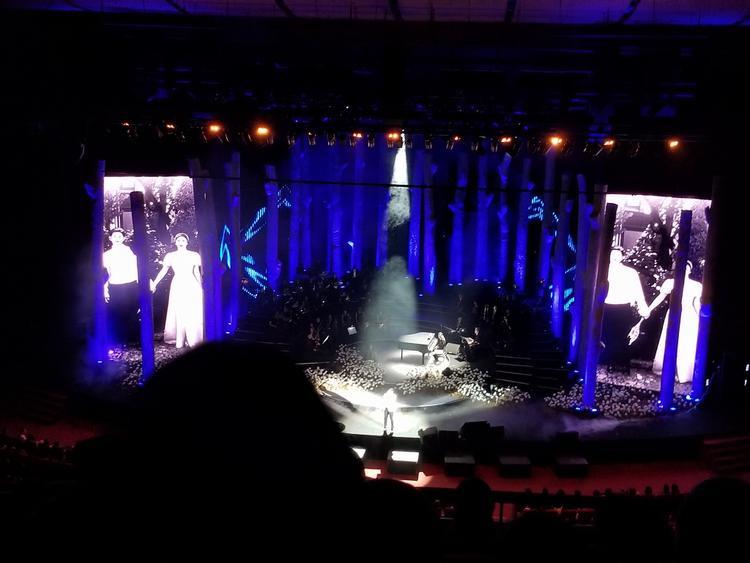 Hình ảnh cưới của cặp đôi Song - Song xuất hiện trên màn hình chính của concert. (Nguồn: Facebook)