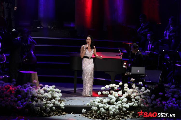 Mỹ Tâm xuất hiện lộng lẫy trong bộ váy trắng tại concert của Hà Anh Tuấn.