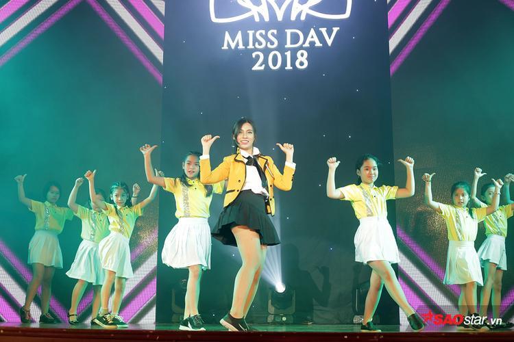 Uông Hà Ngân trình diễn màn nhảy hiện đại Bboom Bboom cùng các em nhỏ dễ thương