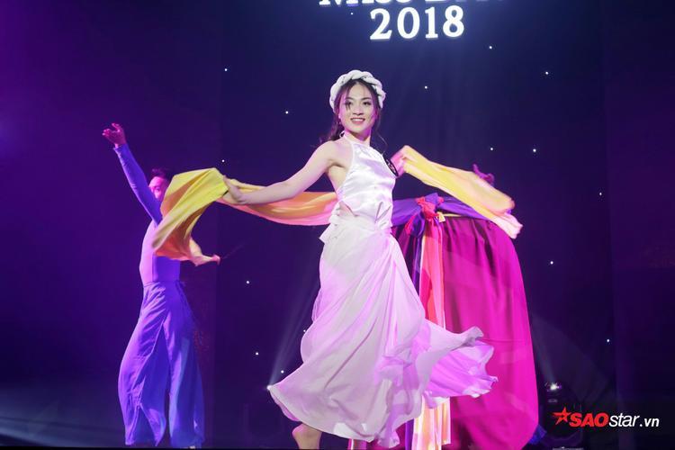 Trần Hồng Hạnh đưa toàn bộ không gian hội trường trở nên sâu lắng với điệu múa dân gian Đào liễu uyển chuyển, dịu dàng.
