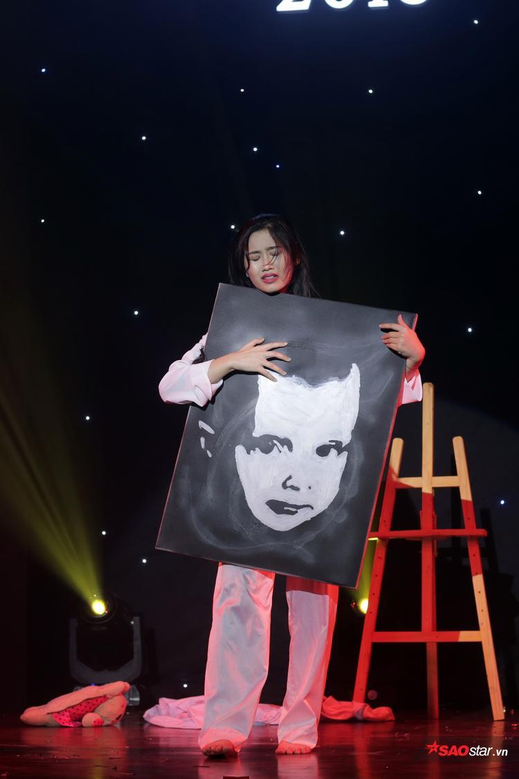 Trần Huyền Trang sử dụng thể loại kịch hình thể mới lạ cho phần thi của mình.