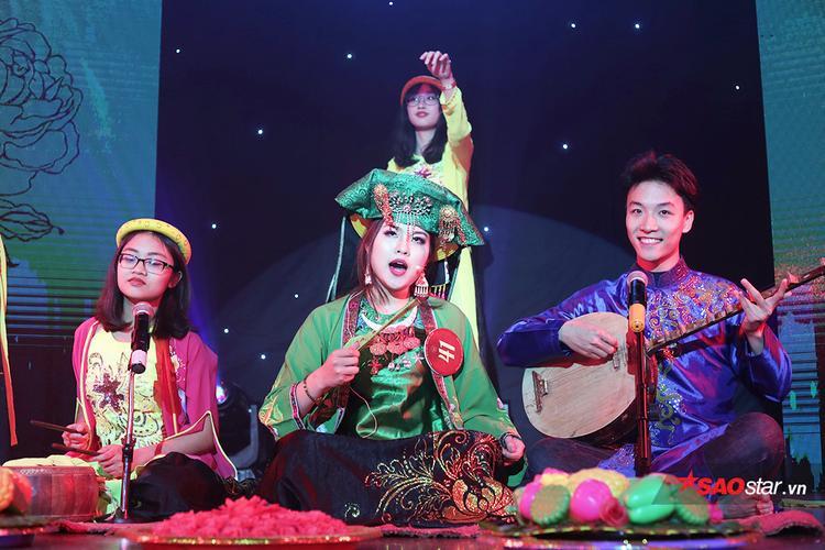 Ngô Nhật Lệ trình diễn phần thi Hát chầu văn Cô đôi thượng ngàn.
