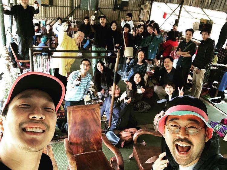 Bức hình HaHa selfie tại chợ hoa Quảng An được người bạn của anh chia sẻ.