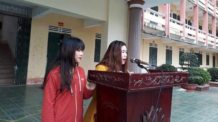 Hai chị em xin lỗi trước toàn trường