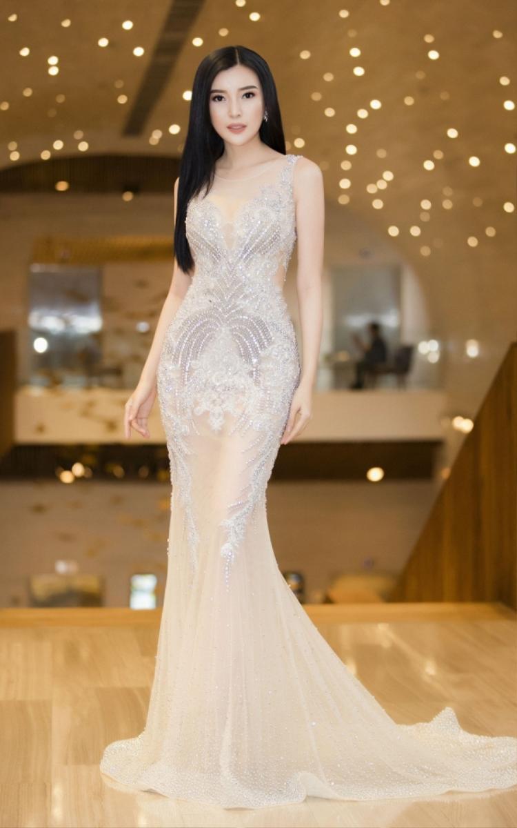 Váy dài mỏng như sương đính kết chi tiết, chỉ che đúng chỗ cần che là sự lựa chọn của Cao Thái Hà khi xuất hiện trước đám đông.