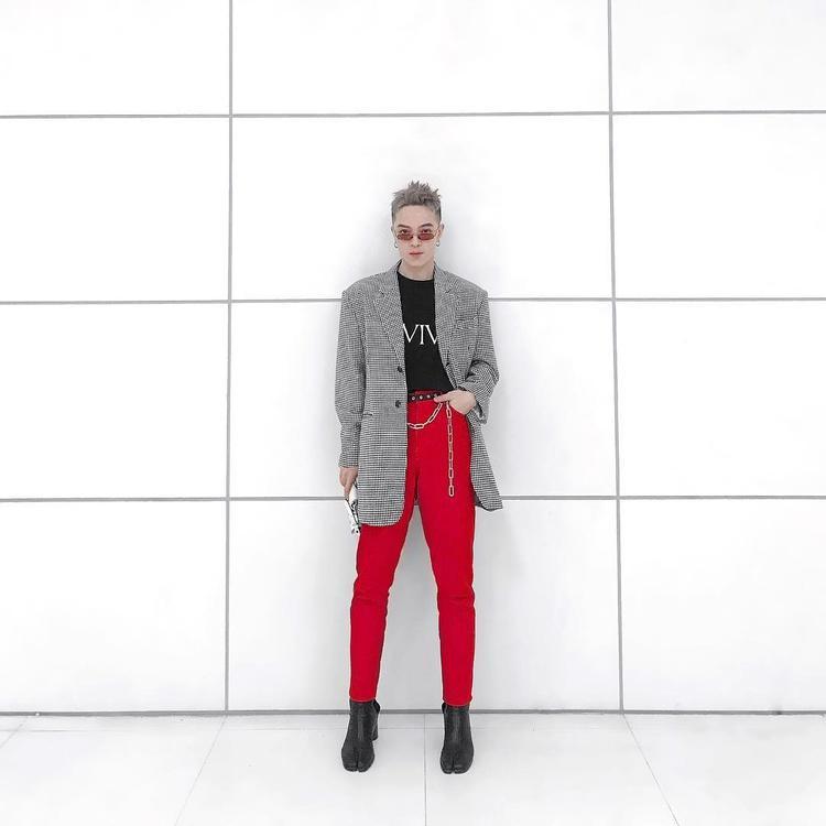 """Áo vest ca rô cùng quần tây đỏ là """"cây đinh"""" trong set đồ của Kelbin, giúp anh chàng nổi bật giữa đám đông."""