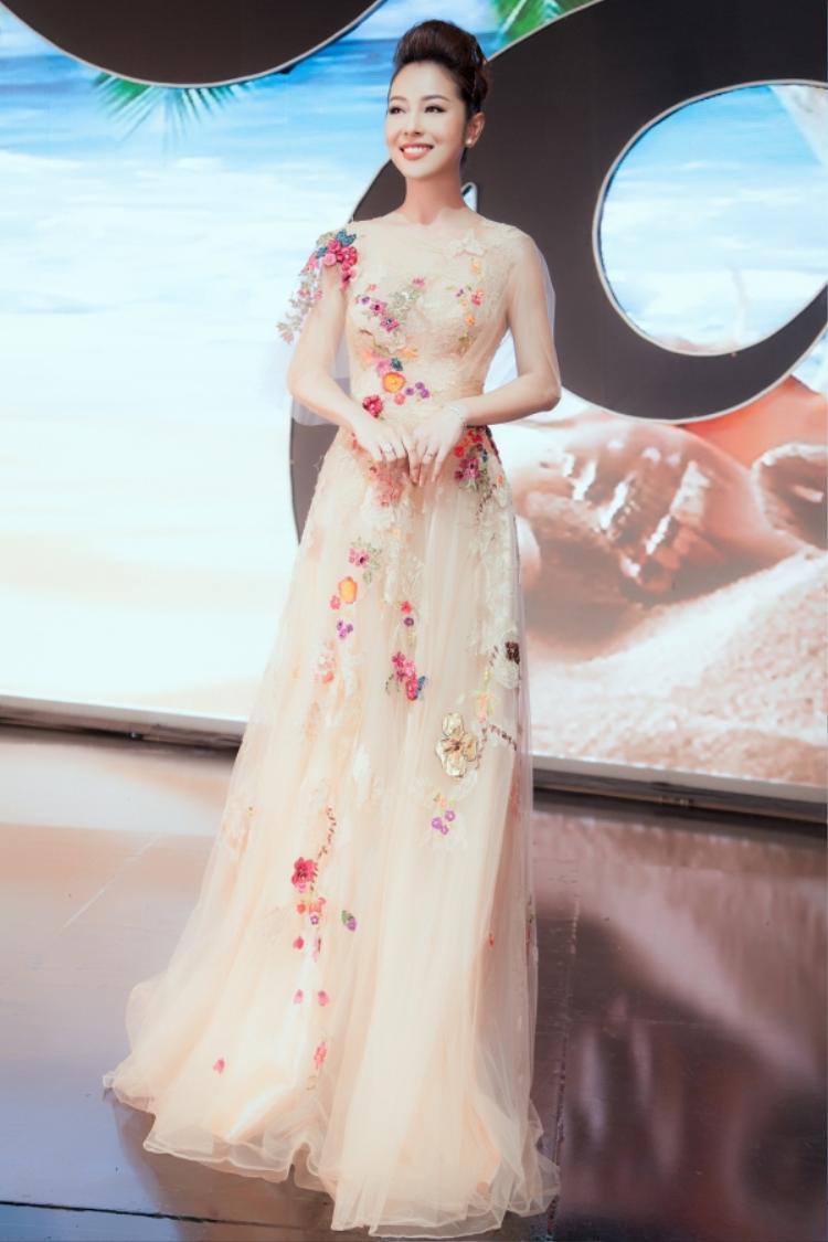 Tham dự sự kiện với vai trò MC, Jenifer Phạm lựa chọn hai bộ váy xòe công chúa nữ tính. Bộ cánh đầu tiên mang sắc hồng nhẹ nhàng, đính kết hoa rơi tỉ mỉ.