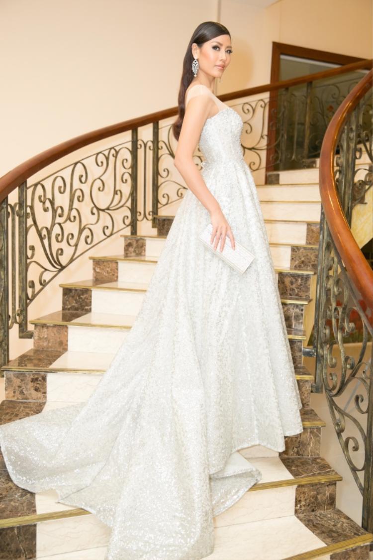 Á hậu Nguyễn Thị Loan thả dáng với váy xòe ánh kim màu bạc. Cách làm tóc cùng phụ kiện nhẹ nhàng góp phần đem đến cho người đẹp dáng vẻ thanh tao, quyến rũ.