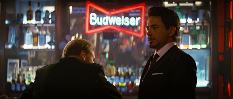 Thaddeus Ross và Tony Stark trò chuyện tại một quán bar.
