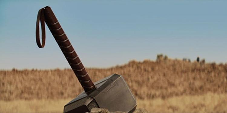 Chiếc búa của Thor được tìm thấy bởi đặc vụ Coulson.