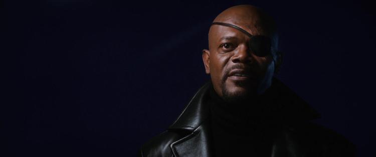 Nick Fury bước ra từ trong bóng tối, đưa ra yêu cầu sáng lập một nhóm siêu anh hùng.