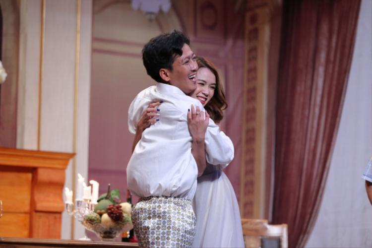 Nam danh hài và cái ôm nhiệt tình với diễn viên Sam.