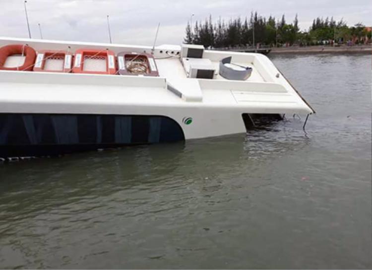 Tàu cao tốc C3 chìm một nửa dưới nước. Ảnh: VNE.