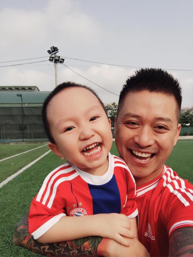 Bé Su Hào rất kháu khỉnh và thân thiết với bố.