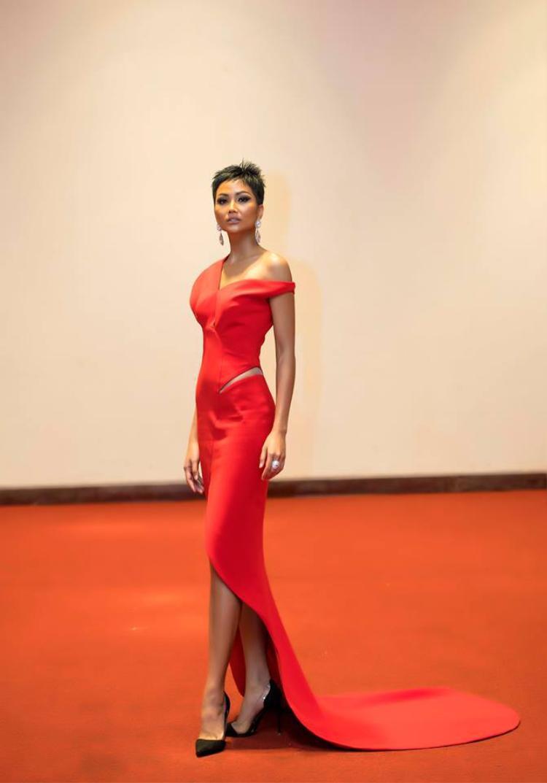 Trong thiết kế có gam màu đỏ rực, kiểu dáng lệch vai điệu đà, đặc biệt là phần tà váy có hình bầu dục giúp cho Hoa hậu H'Hen Niê tựa như một nữ hoàng.