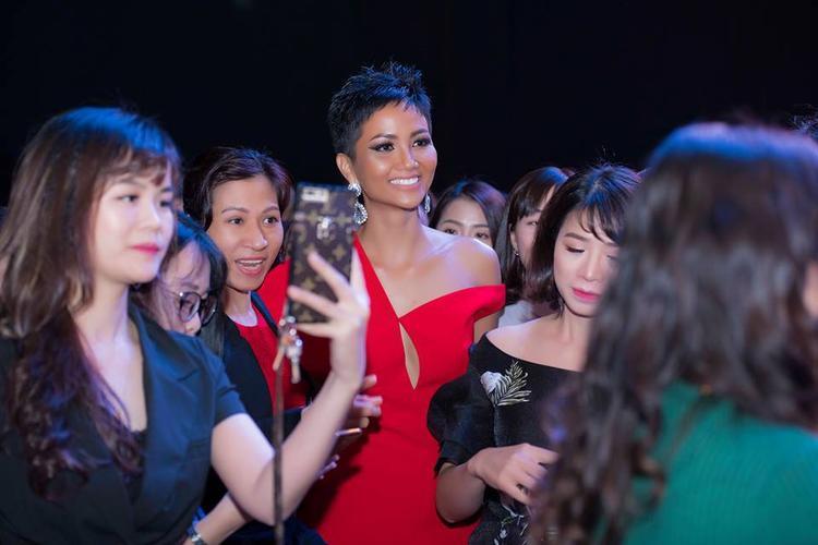 """Sau 3 tháng đăng quang, H'Hen Niê đã sở hữu cho mình bộ sưu tập váy dạ hội độc nhất vô nhị. Góp phần làm nên hình ảnh một cô hoa hậu """"da màu"""" cá tính nổi bật mang phong cách cá nhân rõ nét."""