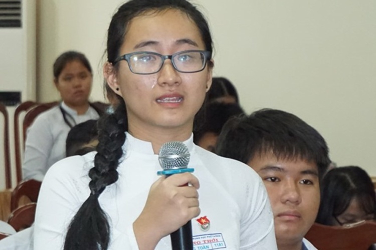 Em Song Toàn bật khóc khi kể về việc cô giáo dạy Toán 4 tháng nay không giảng bài. Ảnh: Zing.