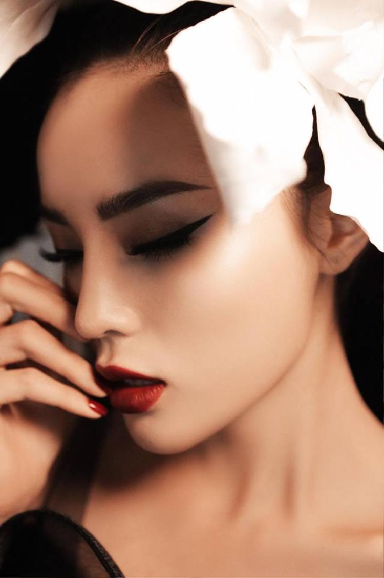 Người đẹp sinh năm 1996 chọn tông trang điểm được nhấn ở phần môi và mắt giúp gương mặt trở nên sắc sảo, thu hút.