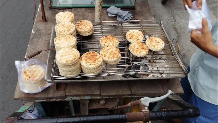 Vừa cắn vừa thổi phù phù, vị ngọt bùi của khoai, thoang thoảng mùi dừa len lỏi trong từng hương vị. Món quà vặt mà bất kì ai cũng thích mê.