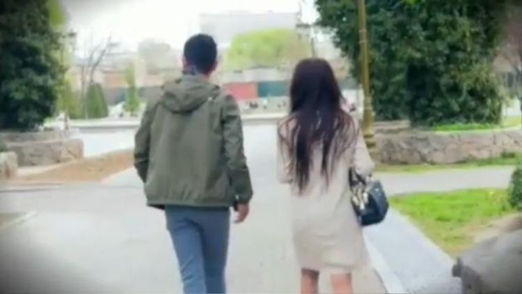 Một cặp đôi vội vã bỏ đi khi nhìn thấy máy quay.
