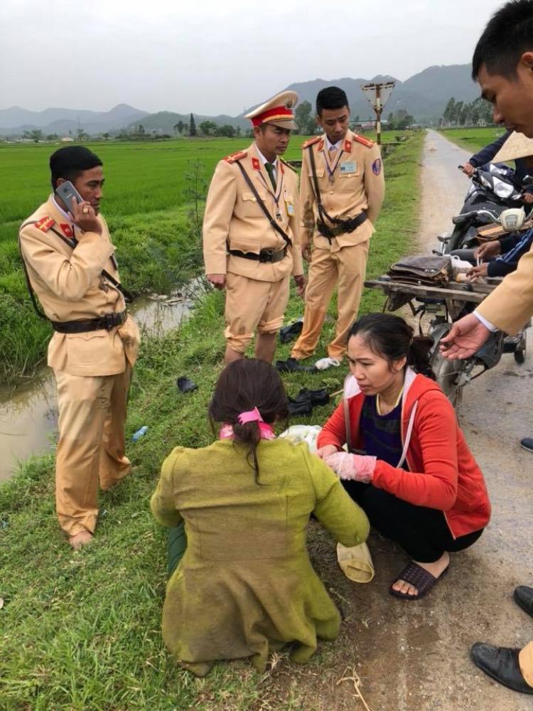 Các chiến sĩ CSGT cứu người phụ nữ.