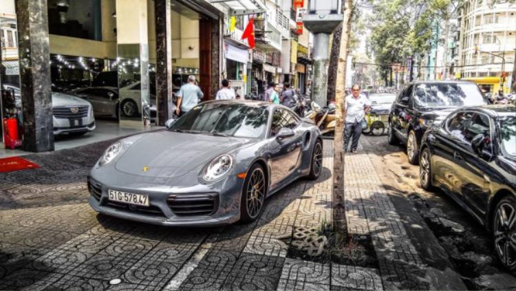 Chiếc xe này có giá bán chính hãng 13,94 tỷ và về Việt Nam hồi trung tuần tháng 1.