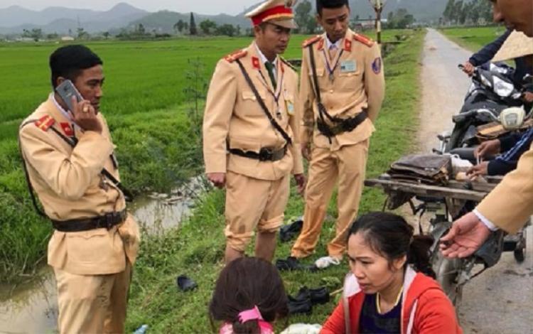 4 chiến sĩ cảnh sát cứu người phụ nữ gặp nạn. Ảnh: Hùng Tuấn.