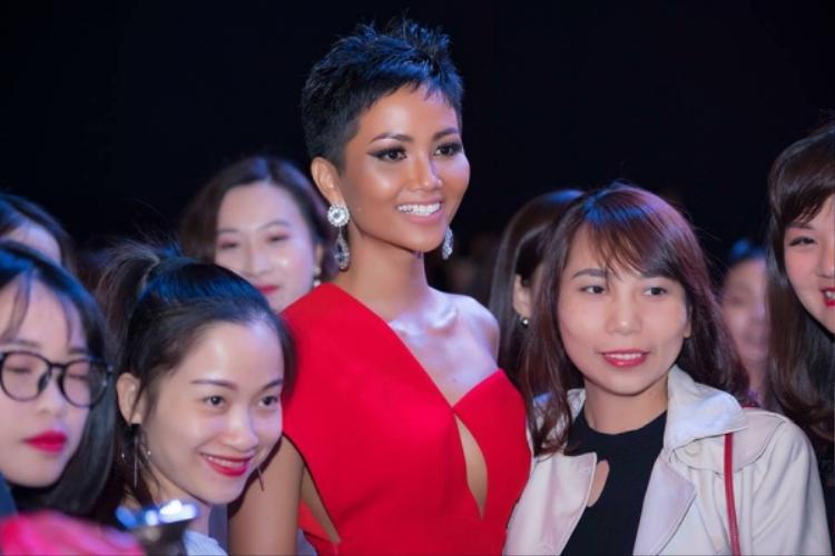 Dù ở góc chụp nào, gương mặt củaH'Hen Niê cũng tràn đầy sức sống. Hoa hậu vẫn hợp nhất với kiểu trang điểm tây với son môi nude và đánh mắt đậm thế này.