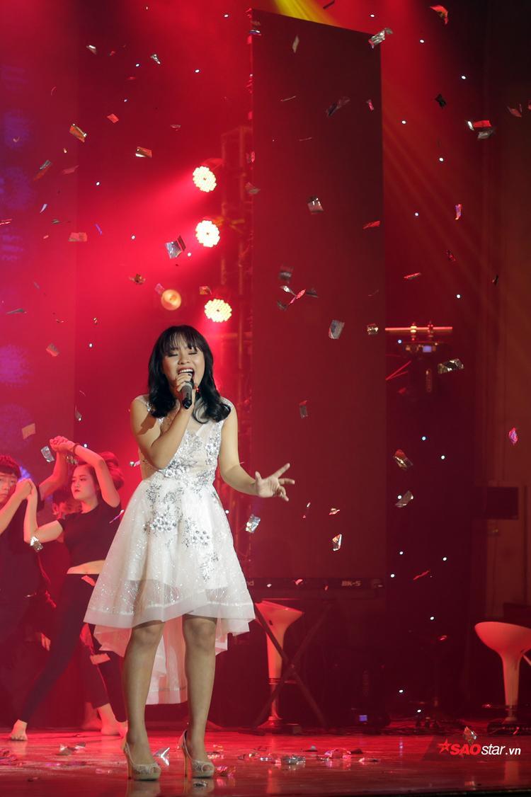 Một giọng ca trong trẻo, hồn nhiên nhưng đầy nội lực nhận được sự tán thưởng của nhiều khán giả là Nguyễn Thùy Dương - học sinh trường THPT Thăng Long.
