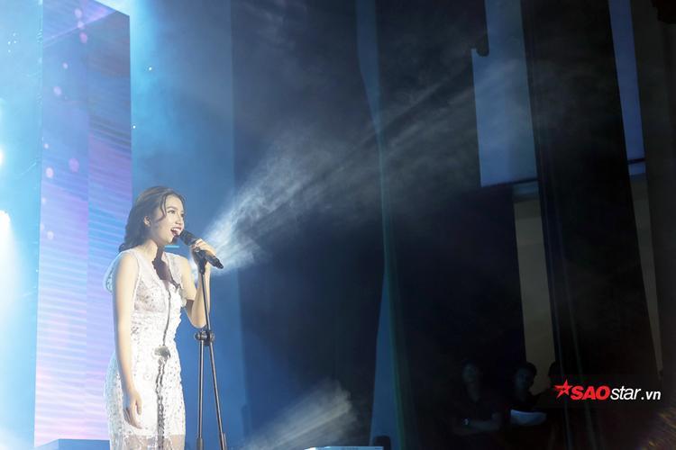 Là một trong những thí sinh nhỏ tuổi nhất cuộc thi, song Phạm Quỳnh Anh đã mở đầu đêm thi đầy thành công với ca khúc Hoang mang.