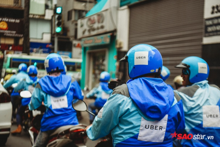 Và cứ thế, màu nón cối, chiếc áo xanh xanh theo những con xe lăn đi tới đâu lại phủ xanh nẻo đường Sài Gòn đến đó.